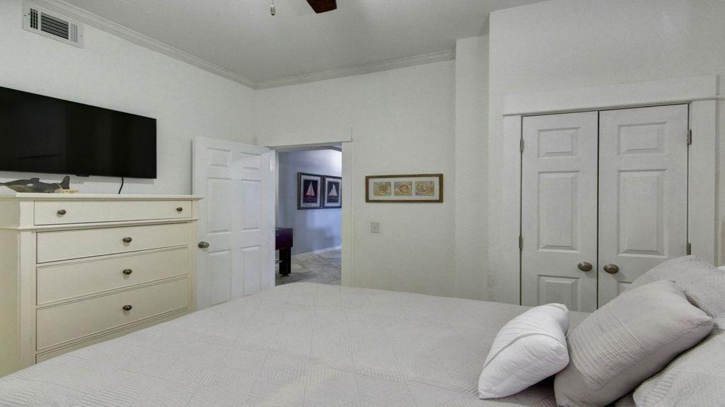 Grond floor queen bedroom
