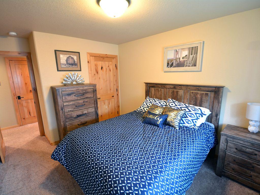 Upstairs bedroom. Queen size bed.