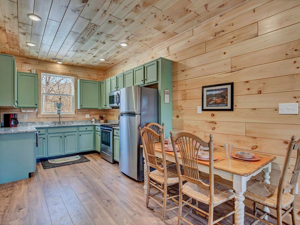 Beautiful, fully stocked kitchen