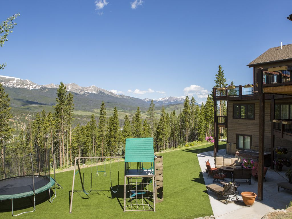 Yard with trampoline & swing set - Trampoline, swing set and perfectly manicured artificial grass :)