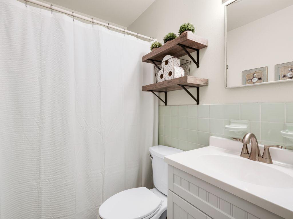 Full bathroom on 2nd level