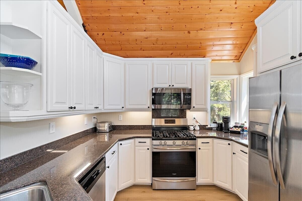 Newly updated kitchen w/ expansive coffee bar and stainless steel appliances.