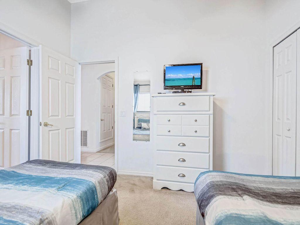 2nd Bedroom w/ Shared Bathroom