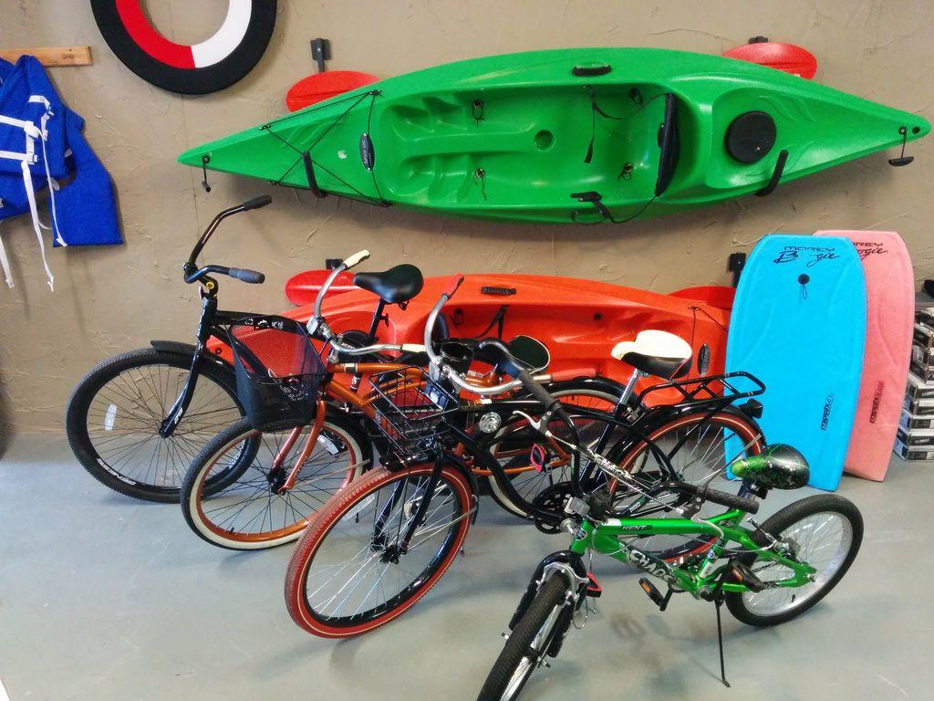 "4 bikes (29"", 26"", 26"", 20""), 2 Spirit kayaks, & lots of beach gear...enjoy!"