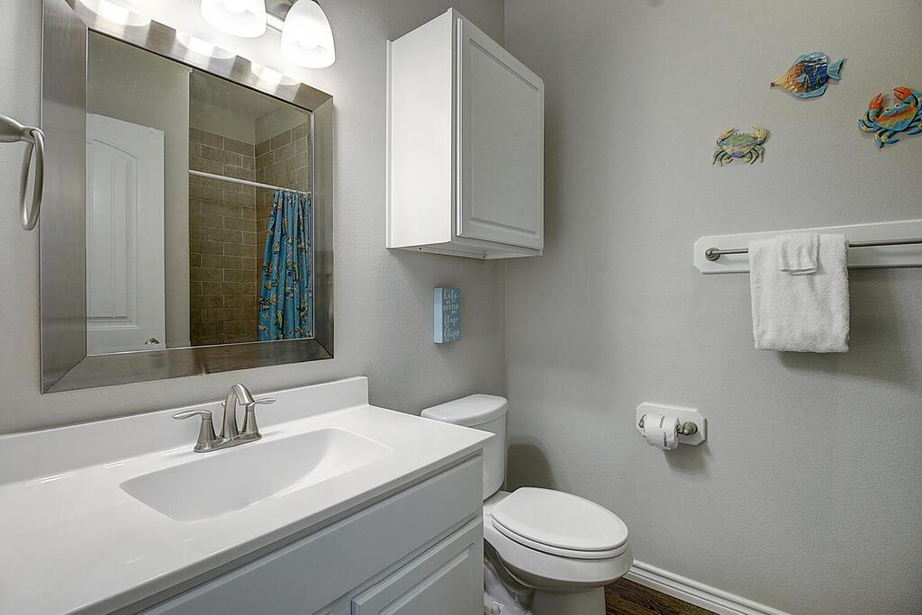 2nd Floor: Hall Bathroom