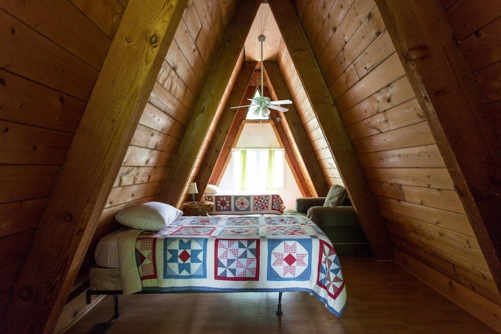 The crow`s nest has 2 twin beds.