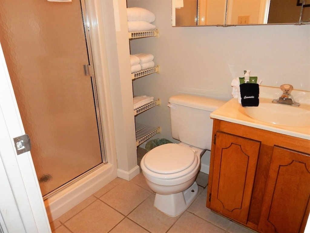 Upper level hall bath which also adjoins bedroom