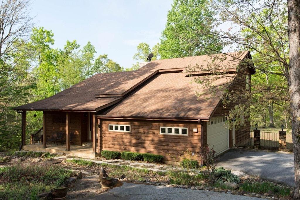 This mountain home has a garage.
