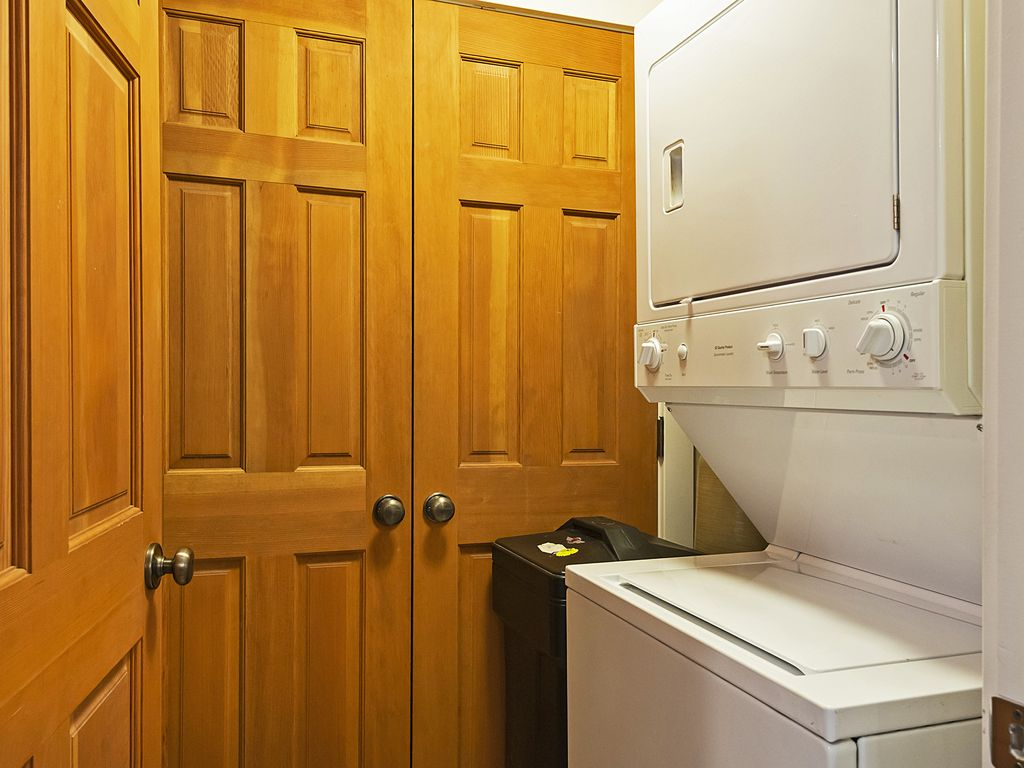 Washer/dryer. Water softener