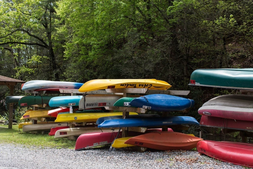 Mountain Lake Retreat has one canoe for guest use
