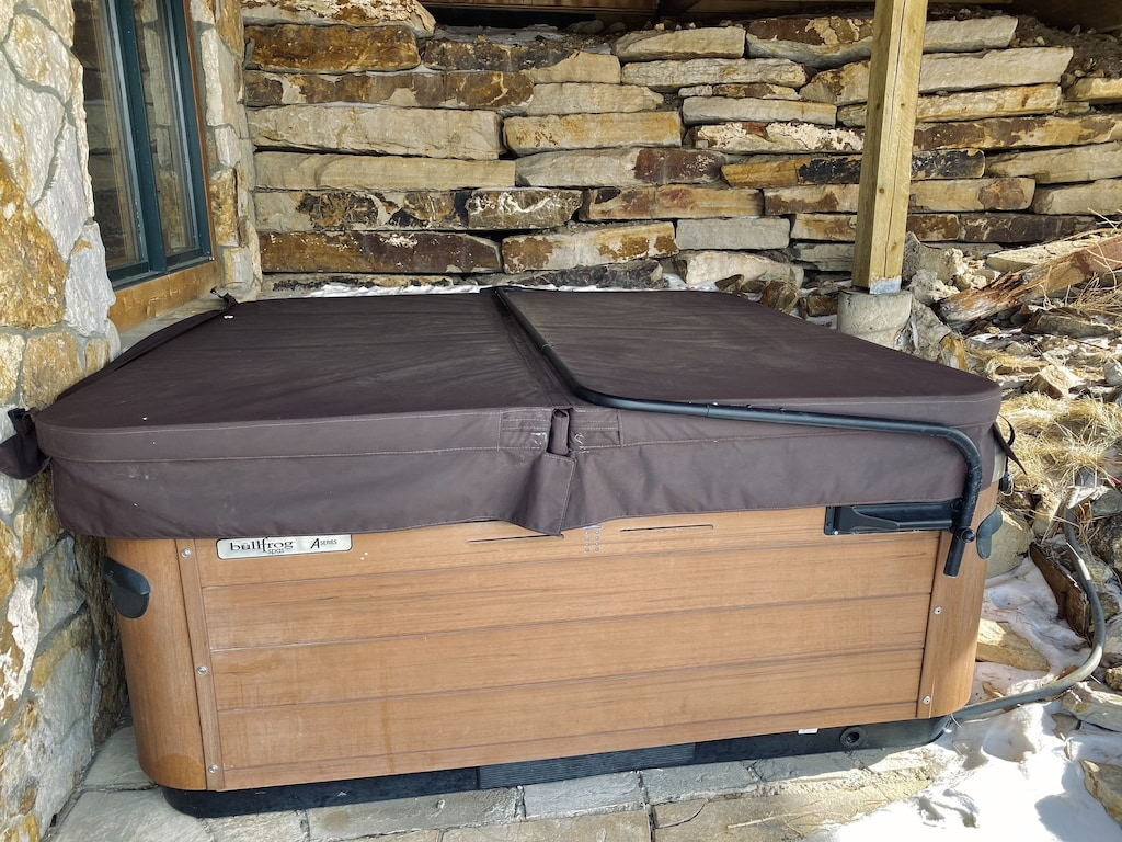 Hot Tub - Hot tub is cleaned after every guest and can be used all year long