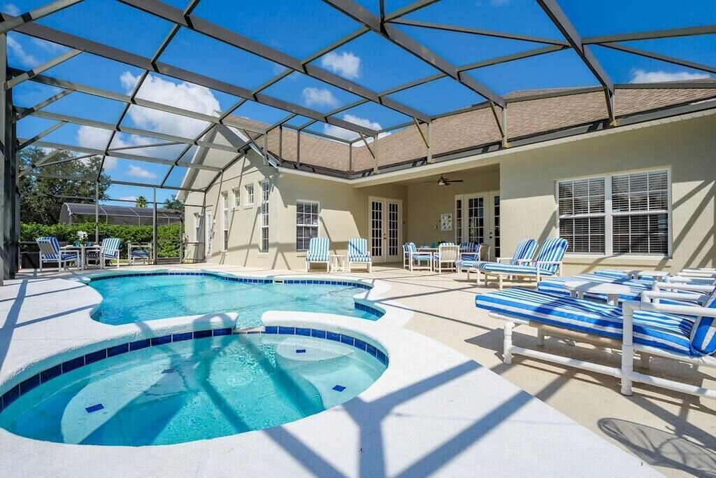 Beautiful South Facing Pool with Hot Tub