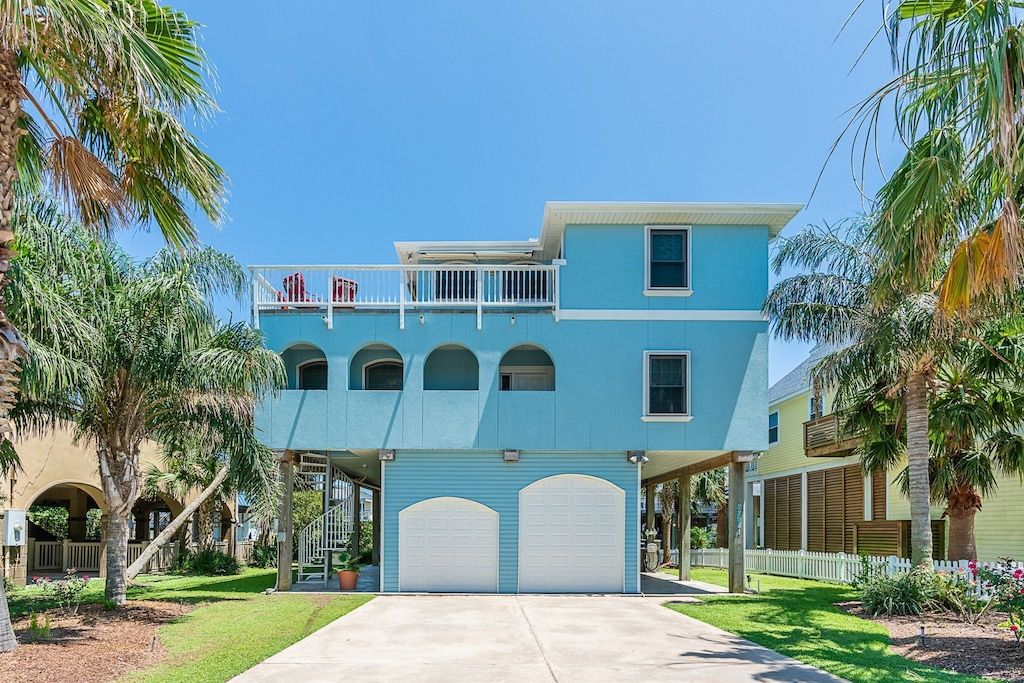 Beautiful, spacious canal home. Minutes from the beach