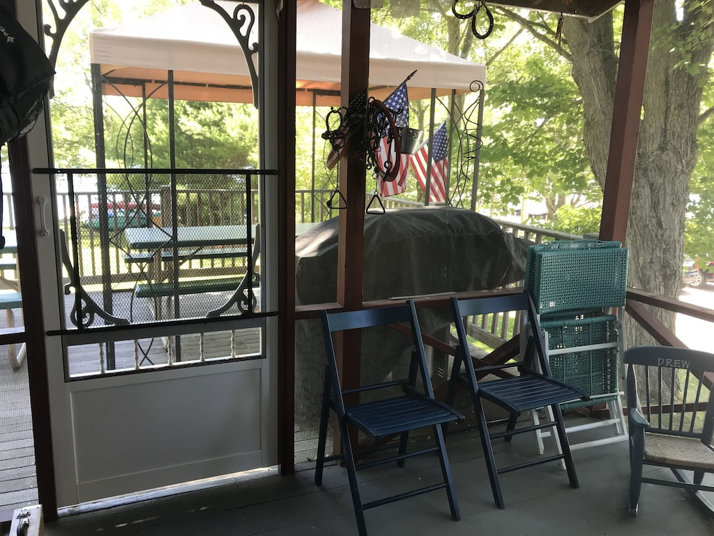 Screened in covered porch, BBQ grill Propane