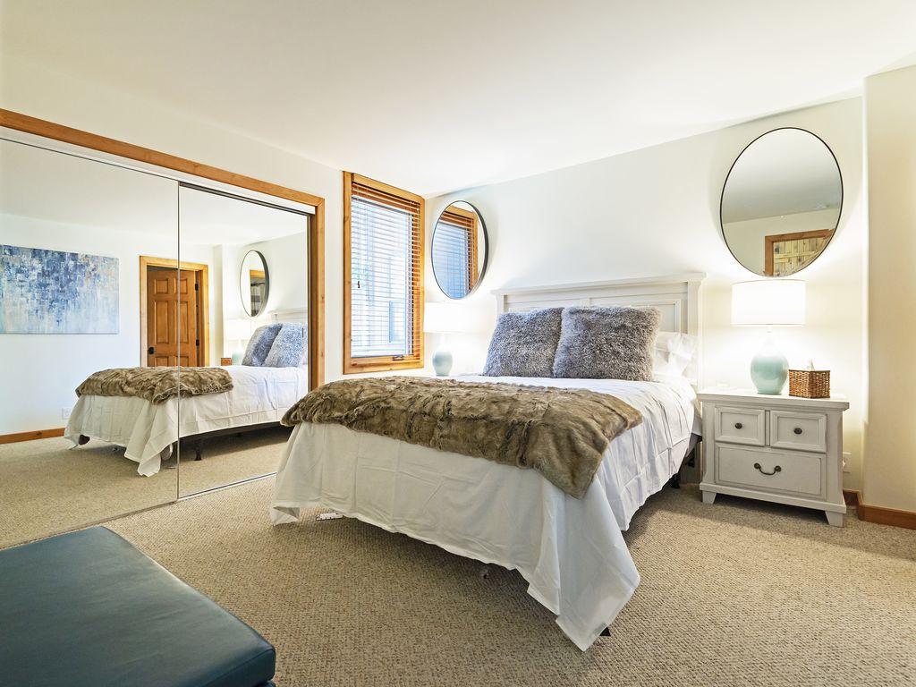 Master bedroom - queen size bed - ensuite bath - Smart TV