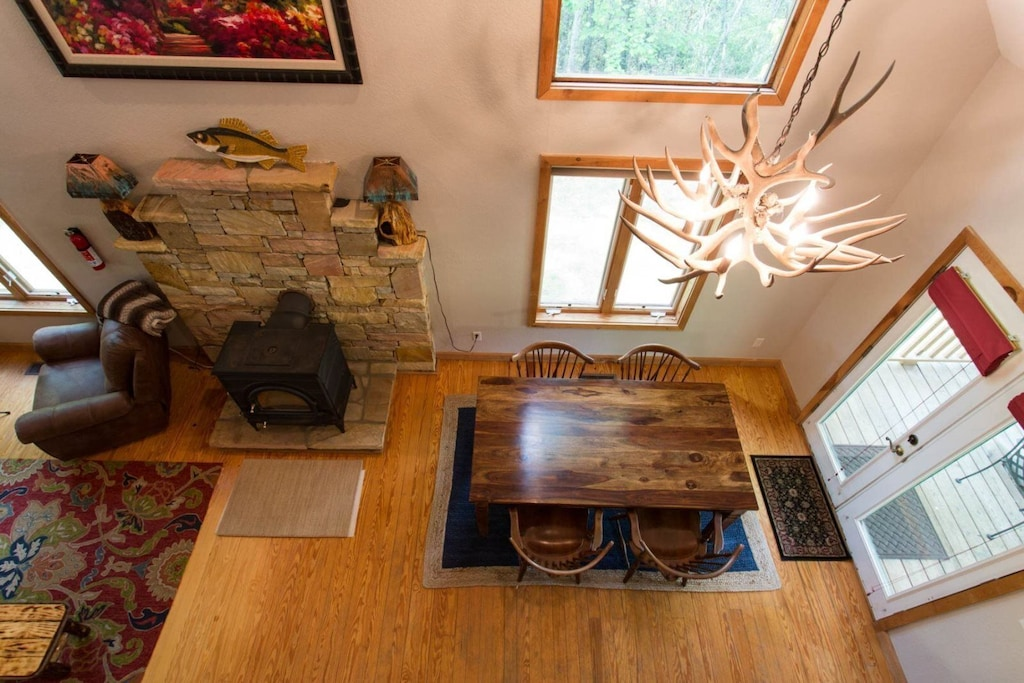 From the loft you can appreciate the dining room chandelier and the numerous windows.