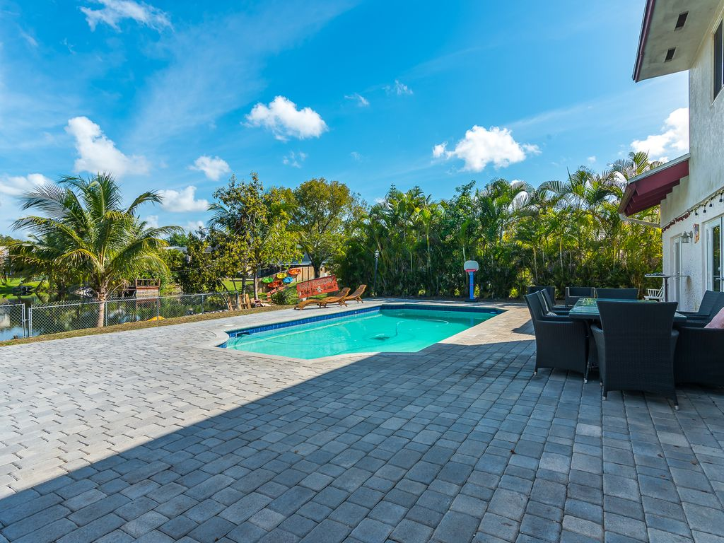 Fun in the Sun! Amazing Luxury Pool Home on Lake!