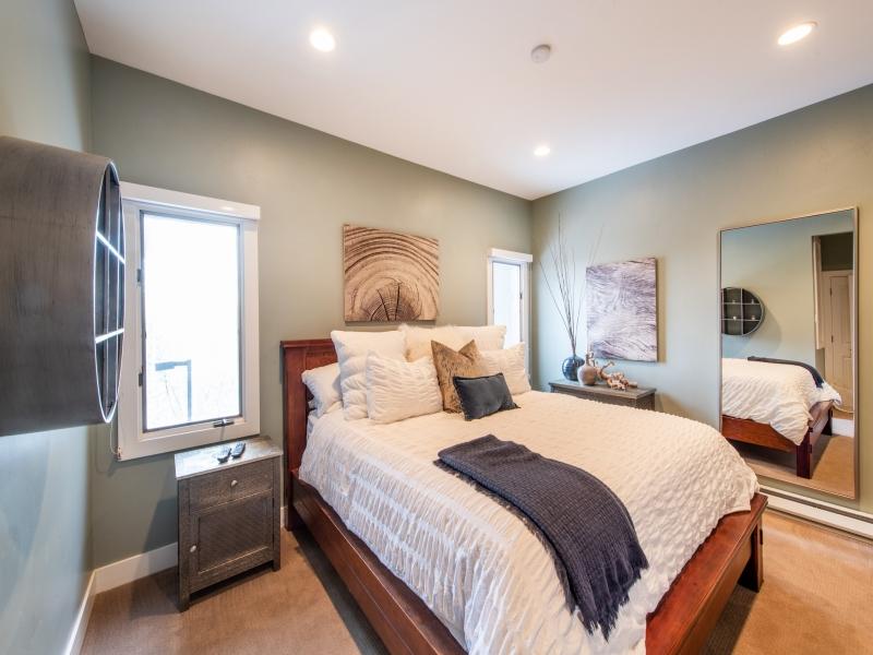 Master Bedroom. Kingsize bed, lovely furnishings. Ensuite bathroom.