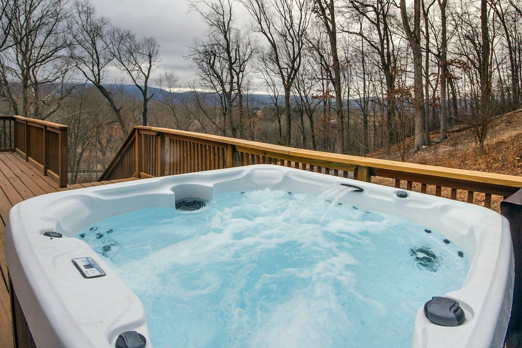 Brand new (as of Jan 2018) powerful hot tub with lots of jets and hot steamy water!!