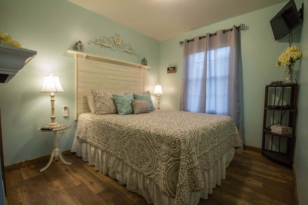 2nd Bedroom with queen bed, soft touches