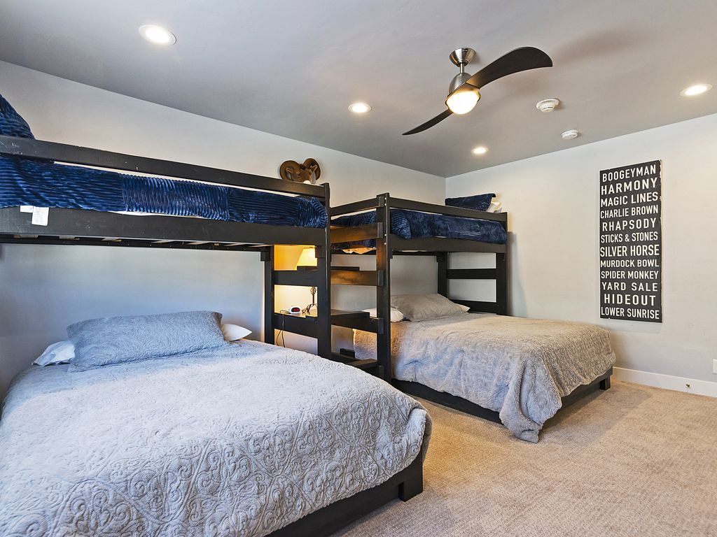 4th bedroom - two queen beds with twin bunkbeds above
