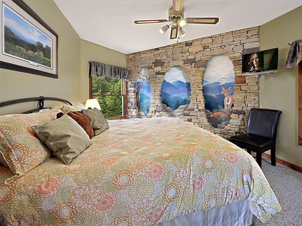 1st FL K. Suite, TV, private bath w/walk-in shower. Duvet & feather pillows. TV