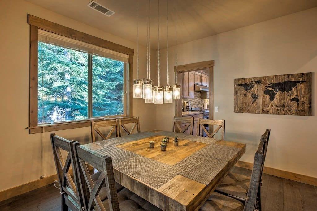 Dinning Room for inside eating or Eat outside.
