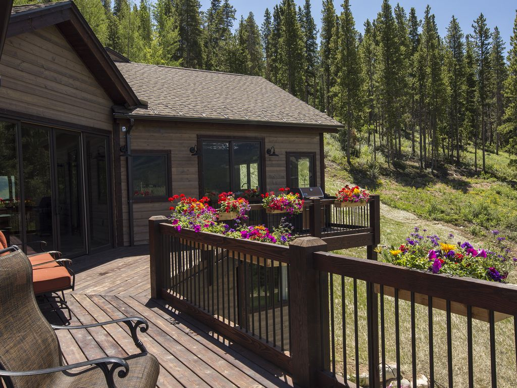 Private secluded deck - Forested side yard, tubing/sledding hill in the winter!