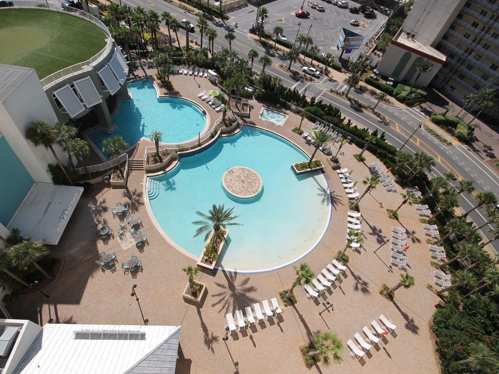 Zero entry pool and splash pool