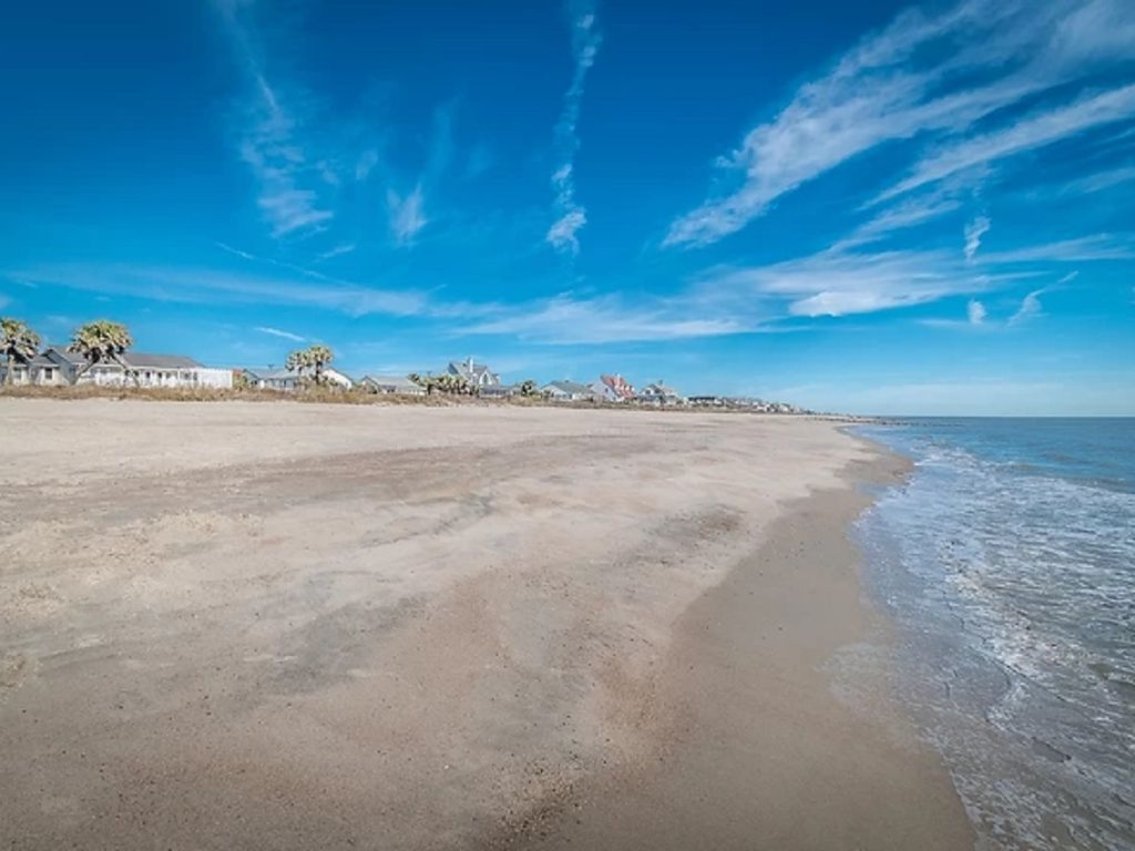 Beach at low tide in front of Palmetto Kiss