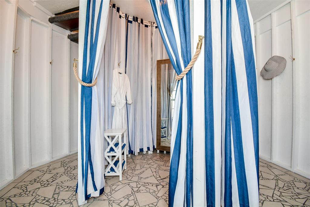 Entry - Need to change before coming/going to the beach? No problem. There's a changing room right off the entry
