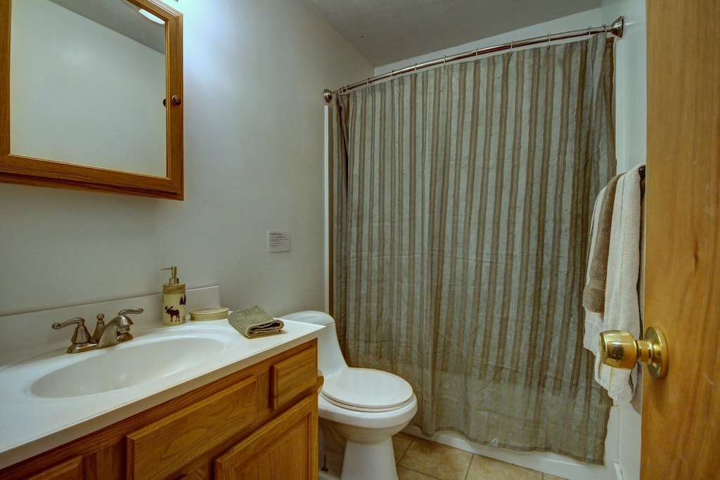 Full bathroom (shower has great pressure and lots of hot water!)