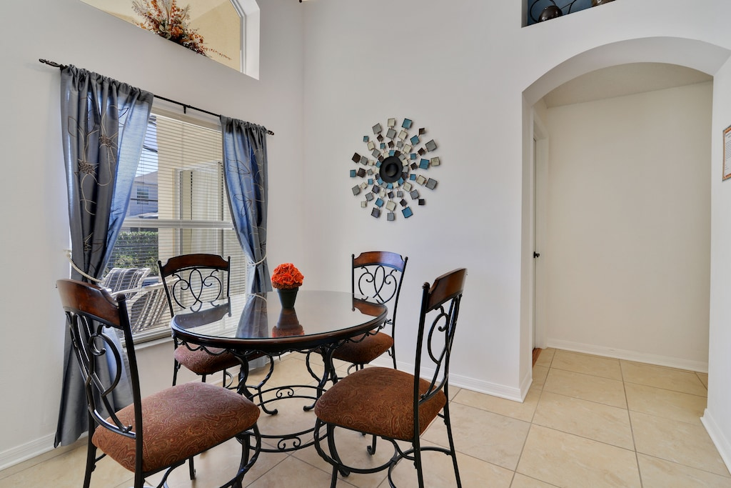 Seating for 4 in the breakfast nook.