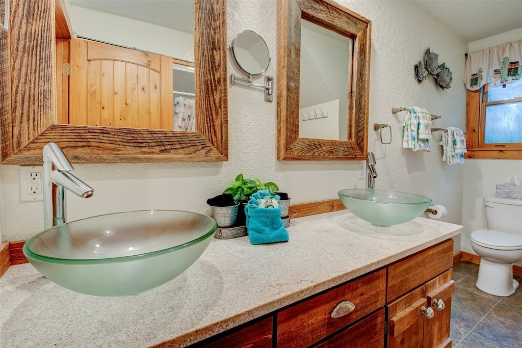Upper level full bath with double vanity and tub/shower combination