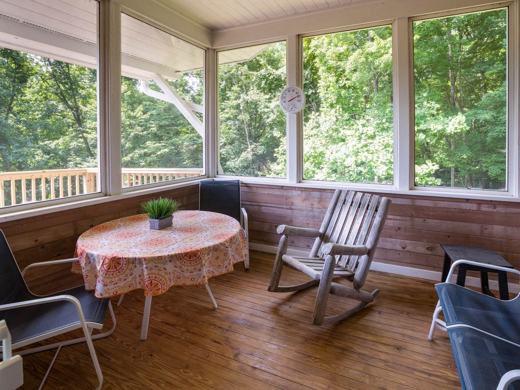 Screened porch off dining area. Great place for morning coffee.