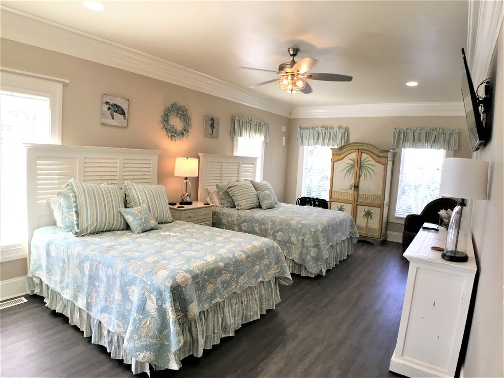 1st Floor Master, 2 Queen Beds, Large Tv, Private Bath, VIews of the Ocean!