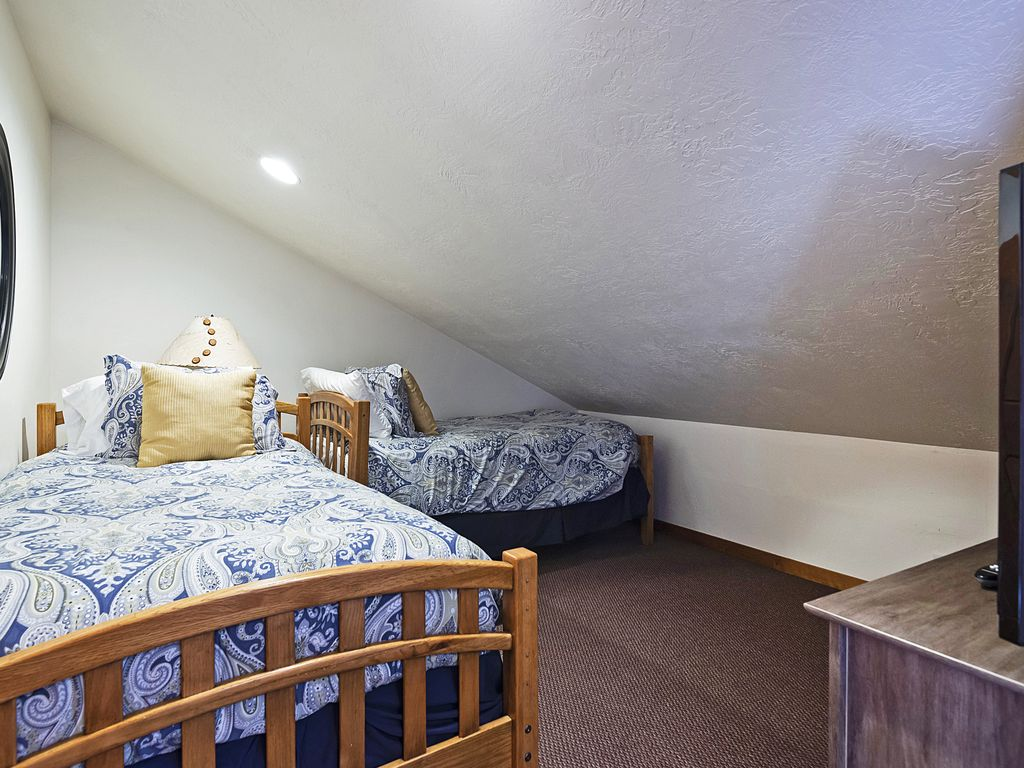 3rd bedroom, two twin beds, flat screen TV