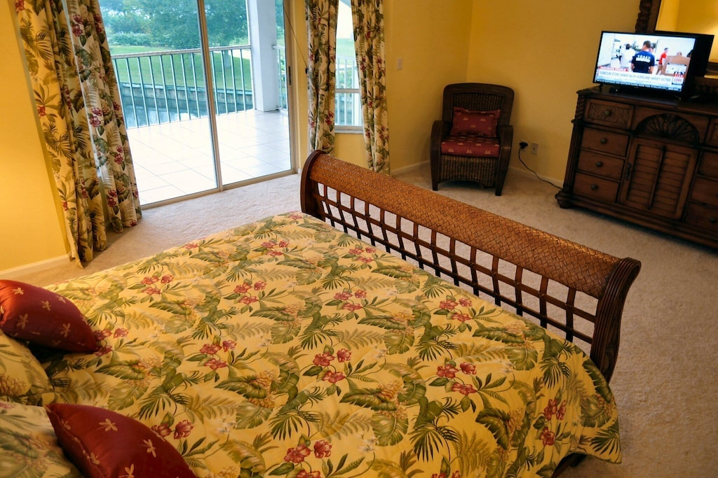 Large open master bedroom, w/ HDTV