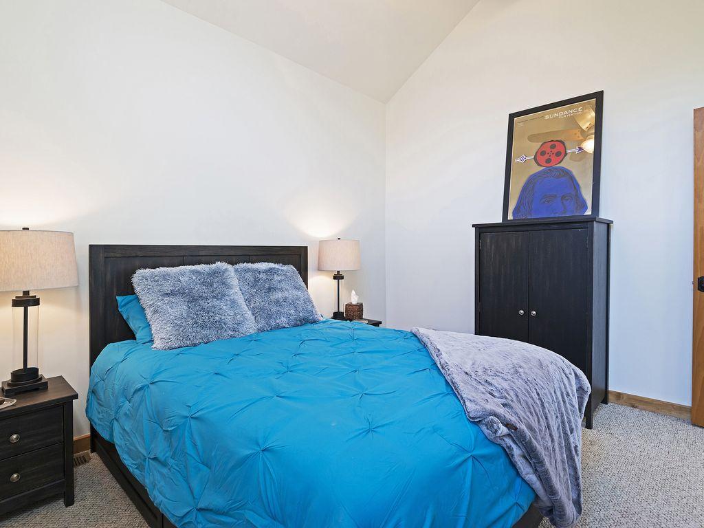 2nd bedroom - queen size bed - Smart TV