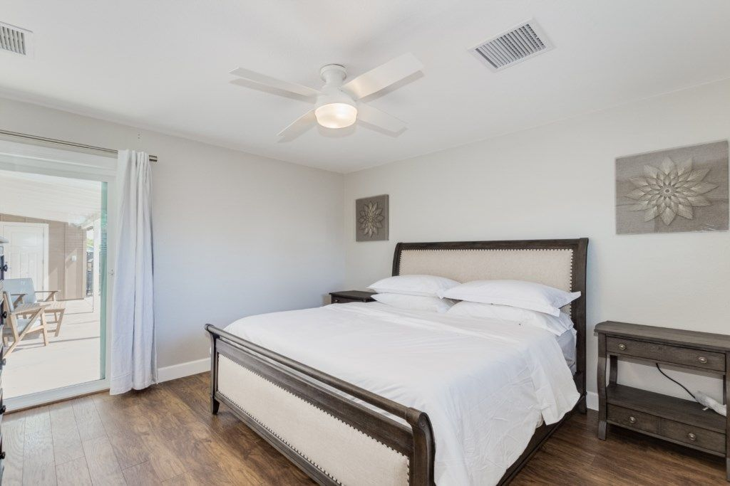 king bed w/ en suite bathroom