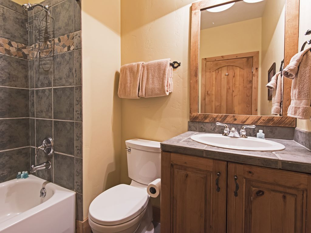 Bathroom shared by bedrooms 4 and 5.