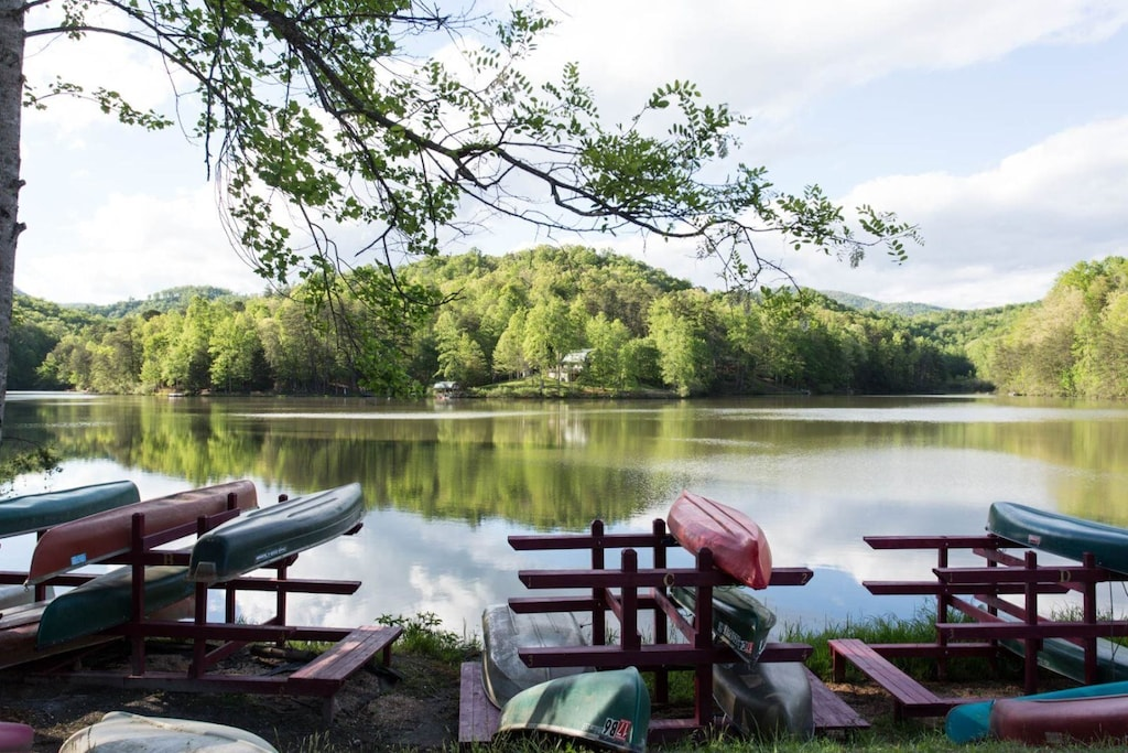 Riverbend amenities - There is a canoe and kayak for use on Mirror Lake.