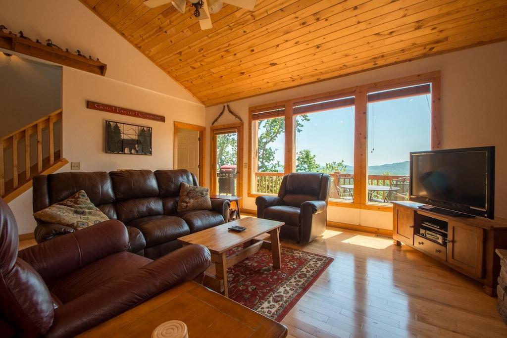 Comfy Spacious Livingroom