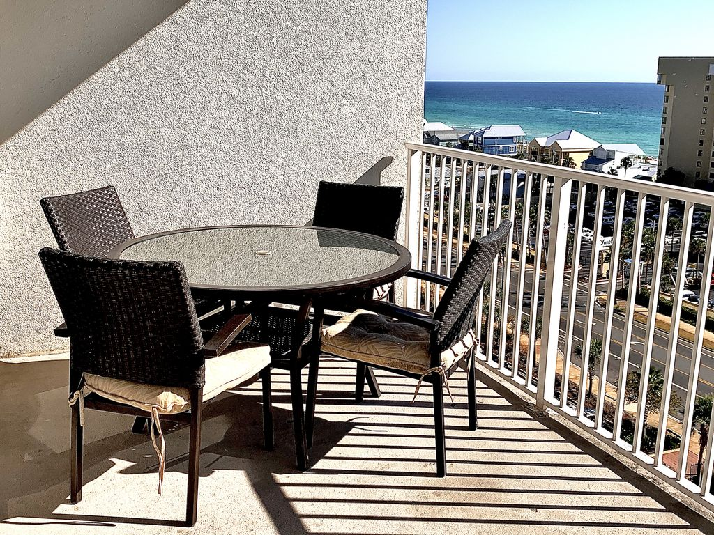 Enjoy your morning coffee, a meal or a family game on the balcony.