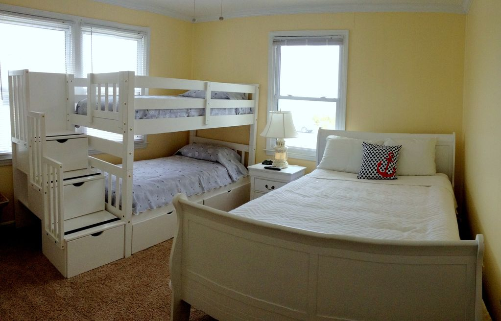pano pic of guest bedroom 1