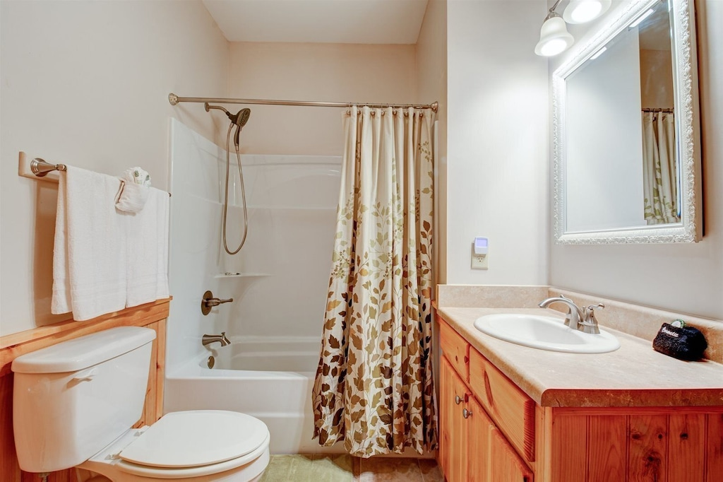 Full bath in the hall