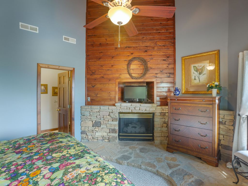 3d  floor gas fireplace in bdrm with private  bath. Walk-in closet.