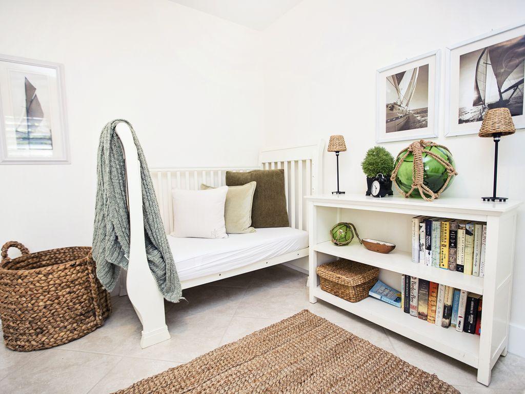 Nautisch inspiriertes Gästezimmer mit einem Bett für Kleinkinder / Krippe