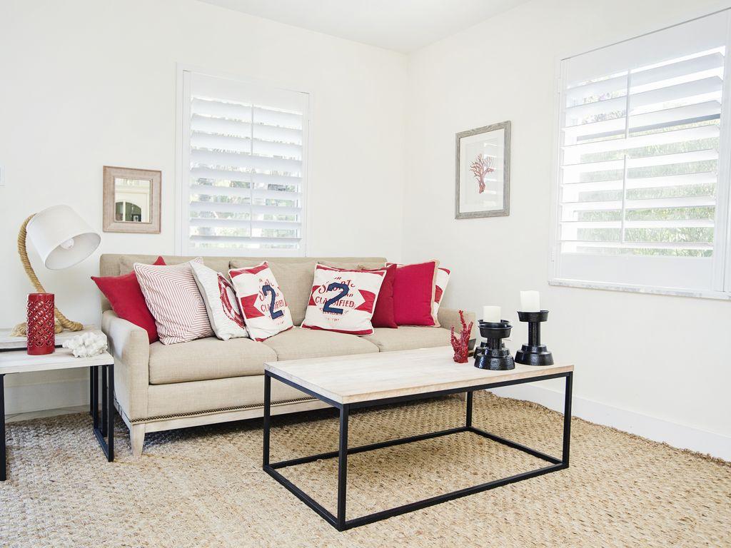 Ihr Wohnzimmer mit nautischen Akzenten. Dieser Raum ist ideal zum entspannen.