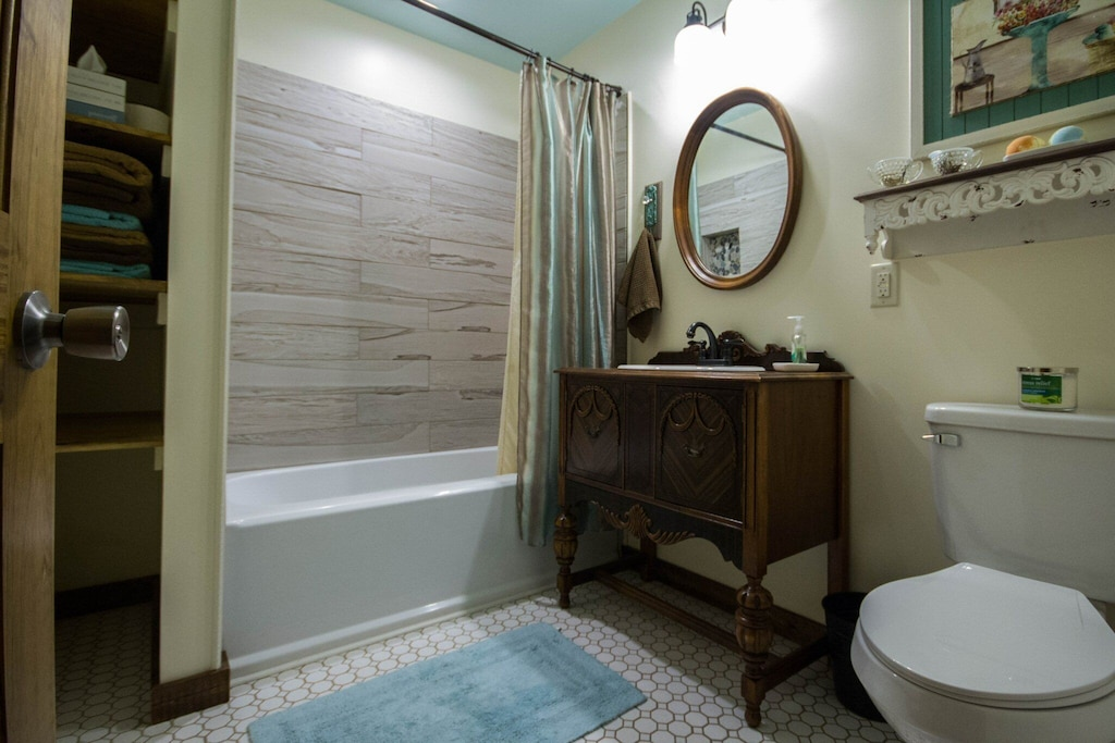 Full bath with modern fixtures